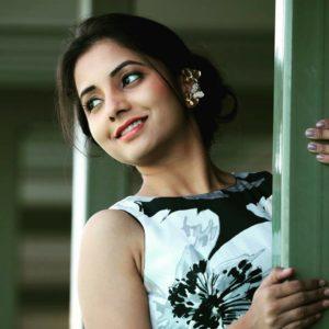 Sayali Sanjeev Beautiful Saree Photo